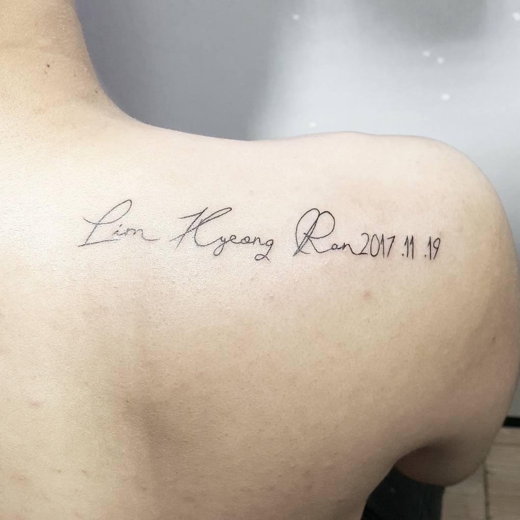 重庆金杜洋光做广告创意设计师的蓝先生后背肩膀英文字纹身图案